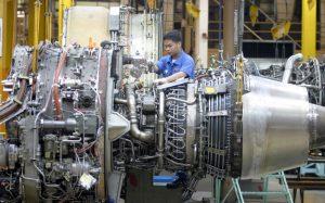 Ein CFM56-3-Triebwerk wird zum Transport vorbereitet.