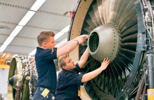 Montage eines CFM-56-Motors bei Lufthansa Technik