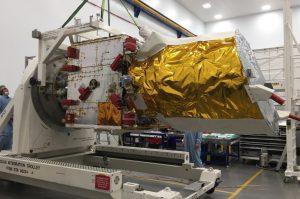 """Der """"Aeolus""""-Satellit bei Tests vor dem Transport zum Startgelände in Kourou. (#1)"""