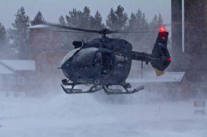 Der aufgewirbelte Schnee erschwert die Sicht bei der Landung. Das erfordert Konzentration und volle Aufmerksamkeit der Besatzung