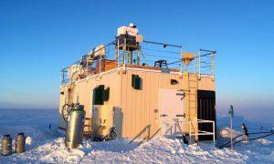 """Britische Wissenschaftler nutzten die """"Summit""""-Station am höchsten Punkt Grönlands als Basis und führten Messungen durch, während die Falcon"""" des DLR über ihnen kreiste. (#8)"""