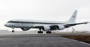 Hier schwebt die DC-8 der NASA zur Landung ein. (#4)