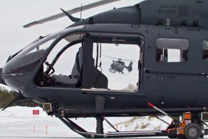 Zwei H-145M-Maschinen des Hubschraubergeschwader 64 bei den Kältetests in Schweden. Unter der geöffneten Cockpittür ist ein Werfer für Hitzefackeln zur Abwehr von infrarotgelenkten Flugabwehrraketen zu sehen.