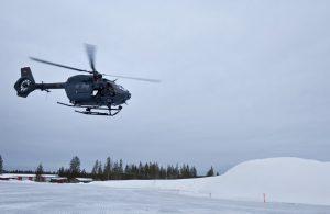 Einer der beiden zur Kälteerprobung nach Nordschweden verlegten H145M beim Tiefflug.