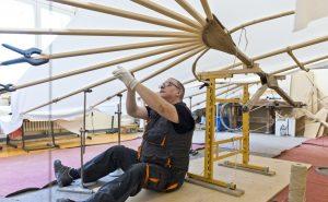 Die Handarbeit ist dann wieder original. Hier sieht man den Gleiter-Nachbau in der Werkstatt des Lilienthal-Museums in Anklam.