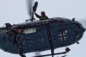 Schwerarbeit im Schneetreiben: Der Tactical Operator muss auch bei enormer Kälte seine Winde über längere Zeit bedienen können. Ein in der Kabine verankertes Gurtsystem verhindert, dass er bei seinem Job herausfällt.