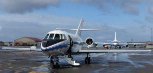 """Startvorbereitungen an der """"Falcon"""" 20 des DLR. Dahinter die DC-8 der NASA. (#9)"""