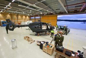 Techniker der Luftwaffe bei der Arbeit an einer H145M im Hangar.