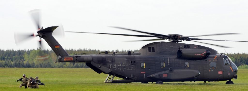 Ein Hubschrauber vom Typ CH-53 setzt am 20.05.2015 nahe des am Fliegerhorsts Rostock-Laage im Rahmen der Übung SNAP 2015 (Significance of National Air Power) die Forward Air Controller (FAC) ab. (#1)