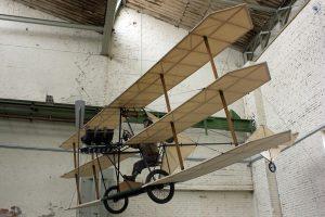 Das Magdeburger Technikmuseum zeigt diesen Nachbau des Grade-Dreideckers von 1908. Der Magdeburger Ingenieur und Fluglehrer Rolf Wille, der noch mit über 80 Jahren aktiver Flieger war, baute das Flugzeug 1997 in Originalgröße nach. (#2)