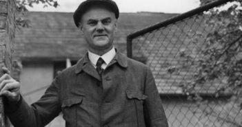 Hans Grade an seinem 60. Geburtstag am 17. Mai 1939 vor seinem Haus in Borkheide.