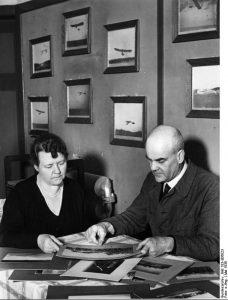 Dieses Bild von Hans Grade und seiner Frau entstand anlässlich des 60. Geburtstags des Flugpioniers am 17. Mai 1939 in seinem Haus in Borkheide. (#1)
