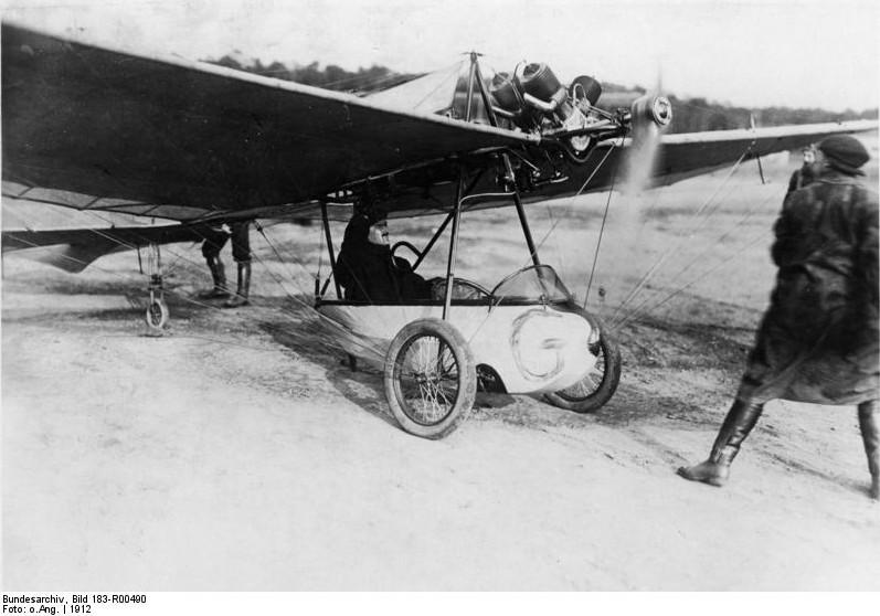Hans Grade im Jahre 1912, aufgenommen in Berlin-Johannisthal kurz vor dem Start mit seinem Eindecker.