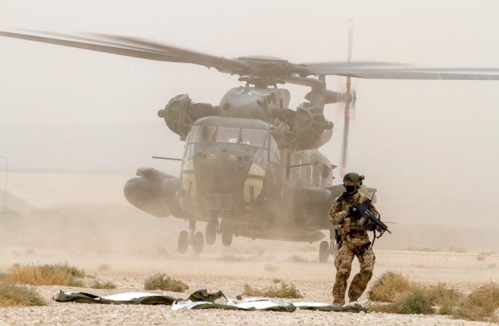 Mazar-e-Sharif in Afghanistan am 18. Oktober 2016: Im Rahmen einer Übung von Kampfrettern der Luftwaffe setzt ein   Transporthubschrauber CH-53 Soldaten in der Nähe der Unglücksstelle ab. Sie sollen das Gelände absichern. (#2)