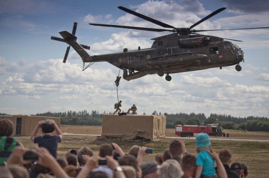 Vorführung am Tag der Bundeswehr in Hohn am 11. Juni 2016: Ein Hubschrauber vom Typ CH-53 setzt Soldaten ab.  (#3)