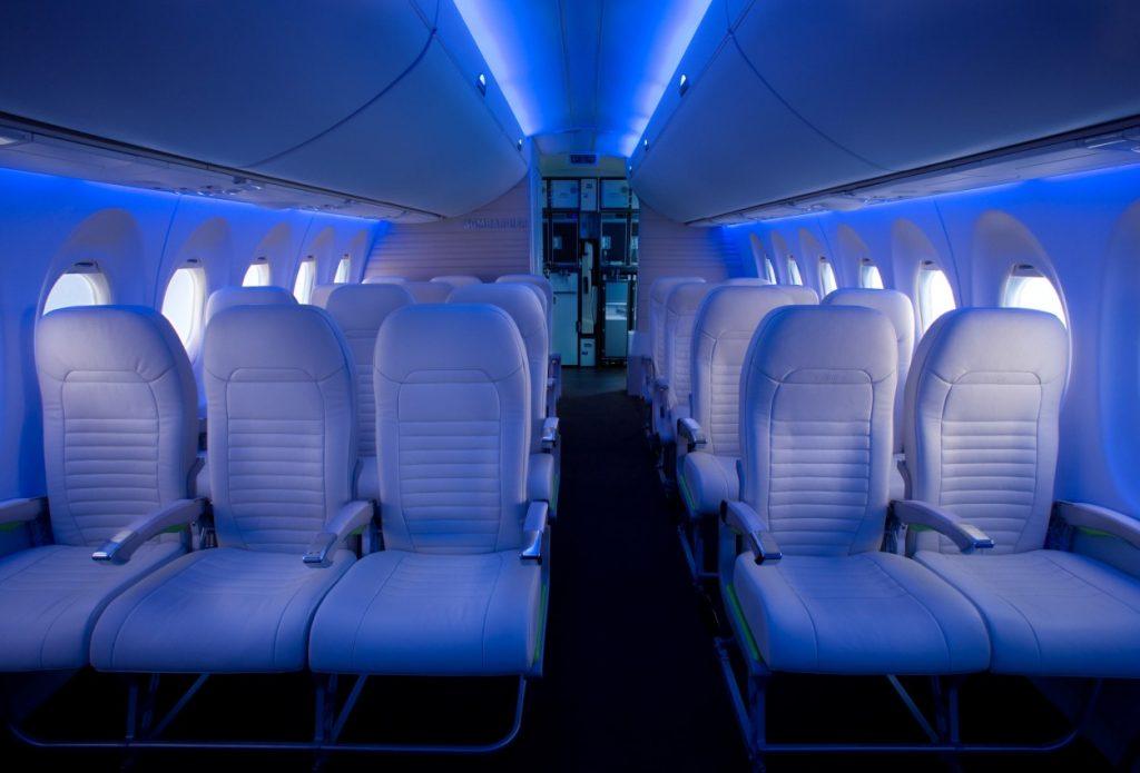 Bombardier bietet auch in der Economy recht bequeme Sitze – die am Fenster sind 47 Zentimeter breit, die am Gang 48 Zentimeter. (#7)