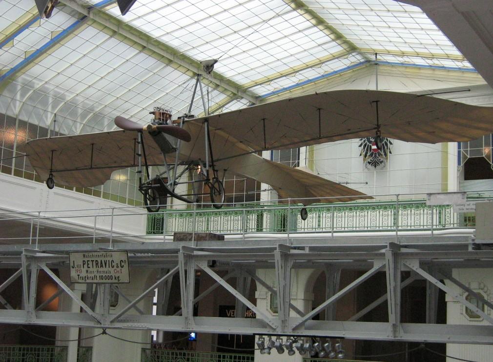"""Nicht lange nach der Flugmaschine der Gebrüder Wright entstanden: Aufnahme der Etrich """"Taube II"""" im Technikmuseum Wien. Die """"Taube"""" war bei Ausbruch des 1. Weltkrieges eines der Standardflugzeuge der deutschen und der österreichisch-ungarischen Fliegertruppen. (#7)"""