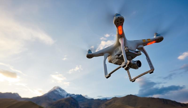 Drohnen fliegen lassen ist ein Hobby, das viel Abwechslung bietet. Allerdings gibt es bestimmte gesetzliche Vorgaben, wo die Flugobjekte erlaubt sind und welche Grenzen man einhalten muss. (#01)