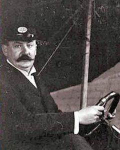 Nicht weniger stolz als die Gebrüder Wright: Karl Jatho um 1907/1908 am Steuer seines Zweiflächers. Ob er mit diesem Flugzeug tatsächlich geflogen ist, bleibt ungeklärt. (#10)