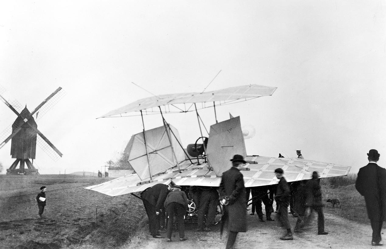 Der Flugmaschine der Gebrüder Wright nicht unähnlich: Zeitgenössische Aufnahme von Karl Jathos Zweiflächer von 1907, aufgenommen an der Lister Bockwindmühle nahe Hannover. (#9)