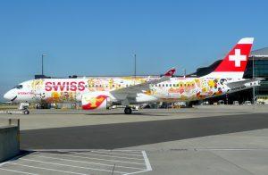 Zur Eröffnung seines Liniendienstes nach London-Heathrow versah Swiss eine CS100 mit einem farbenprächtigen Sonderanstrich. Die Aufnahme entstand am 15. Juni 2017 in London-Heathrow. (#2)