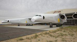"""""""Stratolaunch"""" wird nun zahlreiche Bodentests durchlaufen. Außerdem erhält das Flugzeug bislang fehlende Systeme, etwa das im Bug untergebrachte Wetterradar mit seinem schützenden Radom. (#3)"""