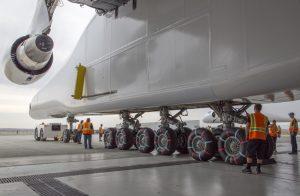 """Ein kritischer Punkt war erreicht, als das riesige Flugzeug erstmals auf seinen eigenen Rädern stand. Wie die Triebwerke, die Cockpits und viele Komponenten der Avionik stammen sie aus zwei ausgeschlachteten Boeing 747 """"Jumbo Jets"""". (#4)"""