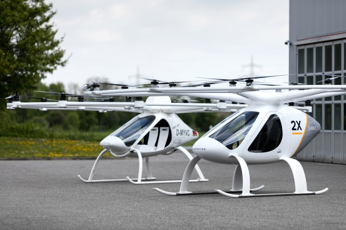 Die beiden Volocopter im Bild – hinten der VC200, vorne der 2X, der auch in Dubai erprobt werden soll.