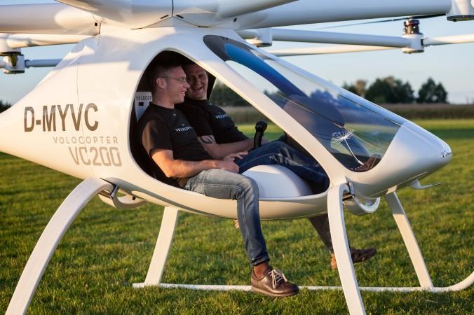 Die Firmengründer Erbauer des Volocopters, Stephan Wolf und Alexander Zosel, im VC200. (#1)