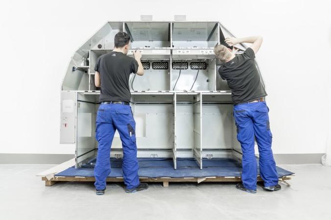 Vartan Aviation Group: Mechaniker an Galley in Maintenance Shop.