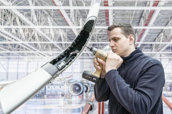 Vartan-Mitarbeiter bei der Arbeit an einem so genannten sharklet, einer Flügelendflosse zur Optimierung der Luftströmung.