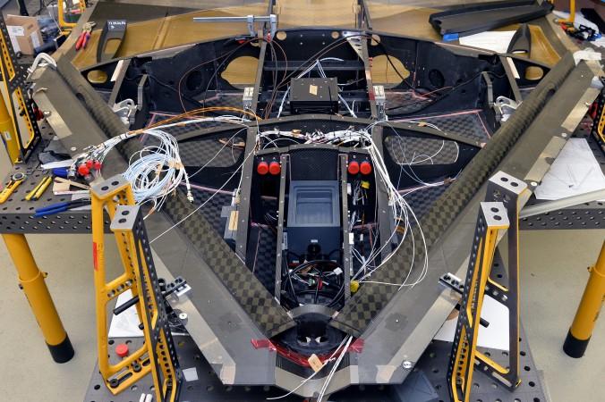 """Beim Bau der Erprobungs-Drohne """"Sagitta"""" mussten filigrane Bauteile aus hauchdünnen CFK-Lagen präzise miteinander verklebt werden, um eine optimale Lastübertragung zu erreichen."""