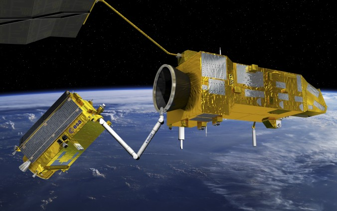 """Die ESA-Mission """"e.Deorbit"""" soll den ausgefallenen Umweltsatelliten """"Envisat"""" (links) zum Absturz bringen. (#3)"""