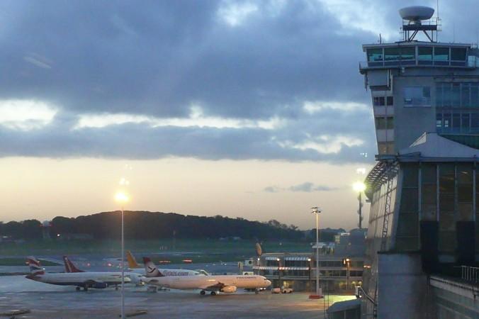 Morgenstimmung am Brüsseler Flughafen und Blick auf den alten Terminal. (#2)