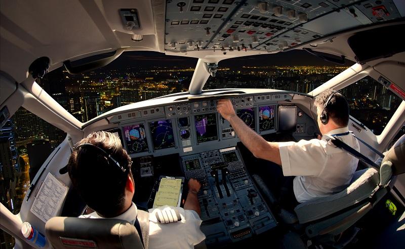 Ihr Arbeitsplatz, das Cockpit, ist ein hochmodernes, hoch technisiertes Umfeld.(#03)