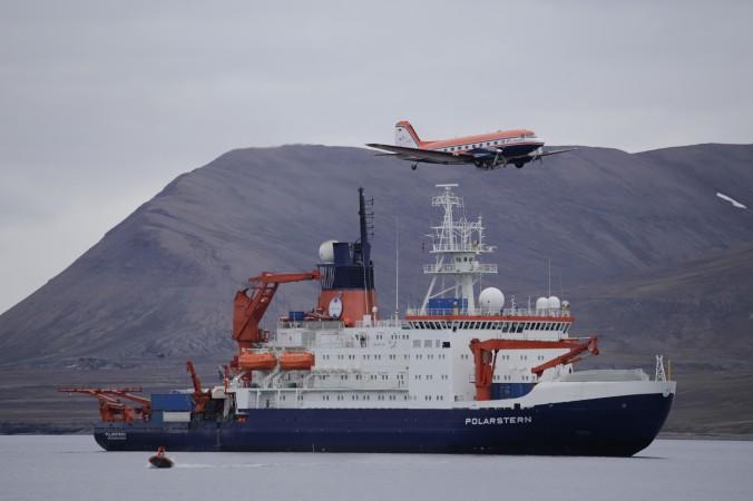 """Polar 5 und Polarstern vor Longyeabyeabyen: Das Forschungsflugzeug Polar 5 überfliegt den Forschungeisbrecher """"Polarstern"""" bei einem Zwischenstopp auf Spitzbergen. (#5)"""