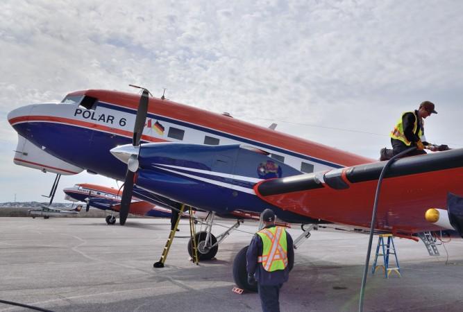 Gelegentlich operieren Polar 5 und 6 gemeinsam. Hier die beiden Polarflugzeuge im kanadischen Inuvik beim Auftanken. (#2)