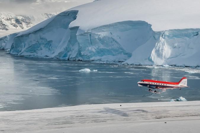 November 2013: Das deutsche Forschungsflugzeug Polar 6 hebt an der britischen Antarktis-Forschungsstation Rothera zu einem Messflug ab. Ziel dieser Messkampagne waren Meereisdickenmessungen über der Bellinghausen-See. (#4)