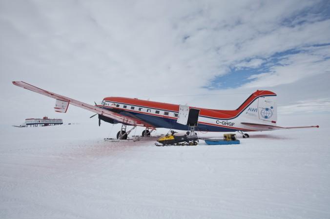 Dieses Bild zeigt Polar 6 2011 in der Antarktis. Im Hintergrund ist die Georg-Neumayer-Station zu sehen, Deutschlands wissenschaftlicher Außenposten auf dem Ekström-Schelfeis am Rande des Königin-Maud-Landes. (#1)