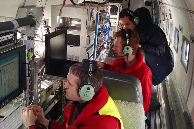 AWI-Wissenschaftler überwachen an Bord des Polarflugzeugs ihre Instrumente. (#7)