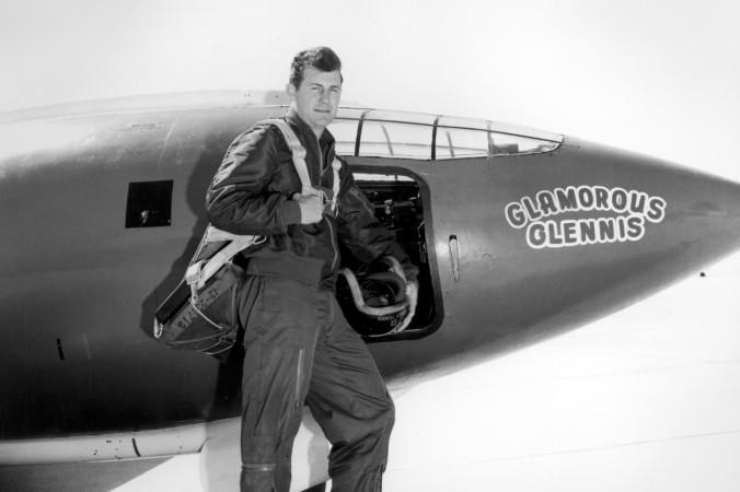 """Chuck Yeager vor der Bell X-1 """"Glamorous Glennis"""", mit der er Mach 1 flog. Das Flugzeug hatte er nach seiner Frau benannt. (#1)"""