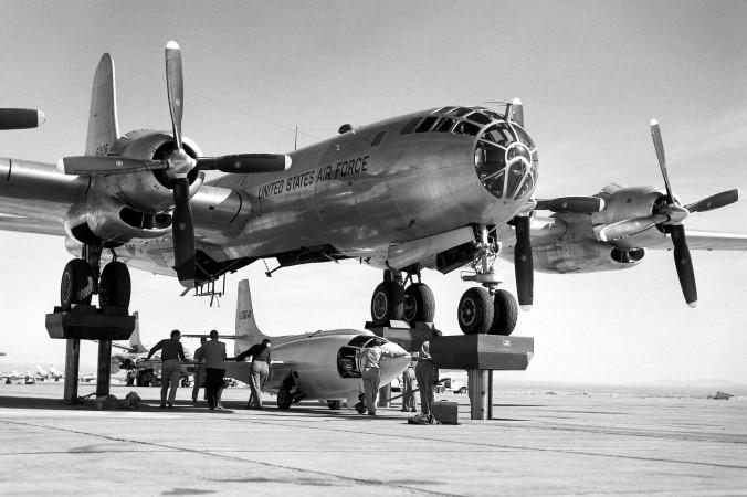 Üblicherweise trugen umgerüstete Bomber die Bell X-1 auf die für die Testflüge nötige Höhe. Hier wird eine X-1 unter einen Boeing B-50-Bomber gehängt. Die B-50 war eine Weiterentwicklung der B-29 mit stärkeren Motoren und Turboladern. (#2)