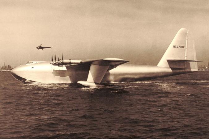 """Die Hughes H-4 """"Hercules"""" bei ihrem ersten und einzigen Flug am 2. November 1947. (#1)"""