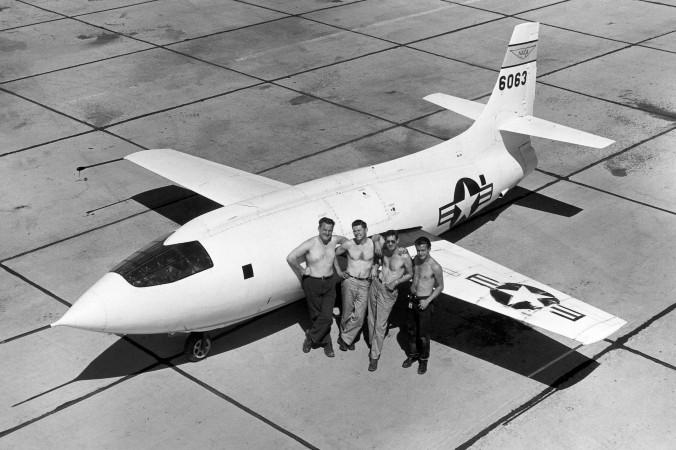 Die zweite Bell X-1, aufgenommen 1949 mit ihrem Wartungsteam: (v.l.n.r.) Edwin R. Edwards, Bud Rogers, Crew Chief Richard E. Payne und Henry 'Kenny' Gaskins. (#3)