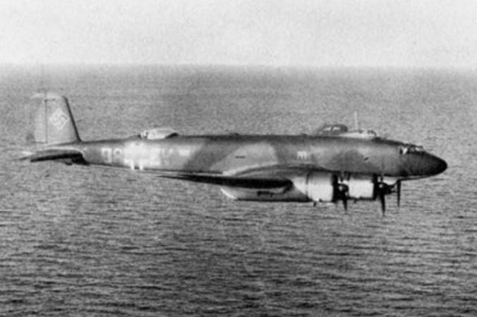 Eine Focke-Wulf 200 C-2 des KG 40, aufgenommen um 1940 im Tiefflug über See. Die C-2 hatte vorne einen einfachen MG-Stand mit einem 7,9 mm-MG 15. (#2)