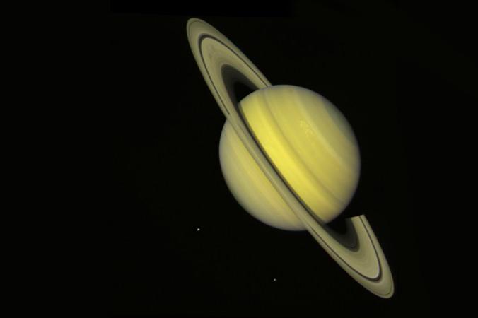 """Saturn, aufgenommen am 21. Juli 1981 von """"Voyager 2"""". Im Bild sind auch zwei seiner Monde. (#7)"""
