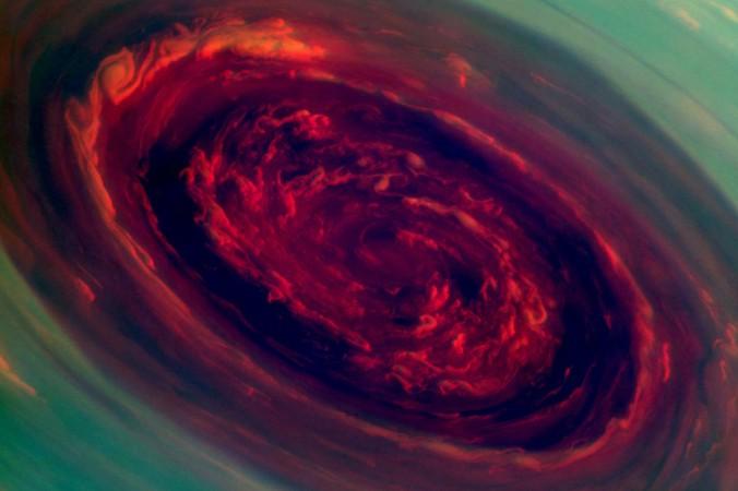 """Falschfarben-Aufnahme des 'Auges' in Saturns Sechseck-Wirbel. Auch dieses Bild schickte die """"Cassini""""-Sonde am 27. November 2012 zur Erde. Der zentrale Wirbel hat einen Durchmesser von 2 000 Kilometern und rotiert mit rund 150 Metern pro Sekunde oder 540 Kilometern pro Stunde. (#8)"""