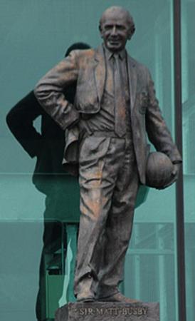 Matt Busby trainierte das Team vom Manchester United. Eine Statue am Old Stafford erinnert an ihn. (#4)