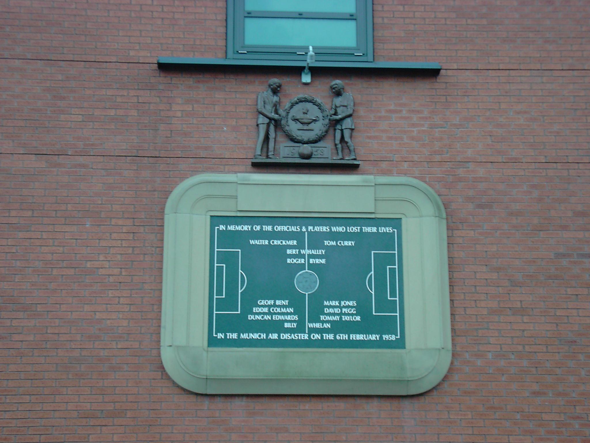 Diese Gedenkplakette am Old Trafford-Stadion in Manchester zeigt die Namen der Unfallopfer. (#2)