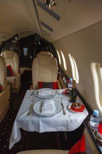 Unter anderem die Optimale Verpflegung während des Fluges ist ein Vorteil von Privatefly. (#02)
